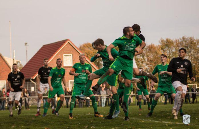 Beide Teams kämpften im Krummhörn-Derby um jeden Ball. Foto: Reiner Poets