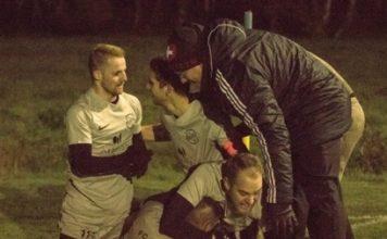 Dreifach-Torschütze Martin Peters wird von seinen Mitspielern und FCL-Trainer Andre Popp gefeiert, nachdem ihn diese nach seinem Turbo schlussendlich eingeholt hatten. Foto: Reiner Poets