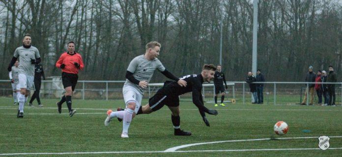 Spielmacher Florian Harberts wird auch heute Abend gegen den Tabellenführer der Bezirksliga versuchen, seine Gegenspieler ins Leere laufen zu lassen. FCL-Bild: Reiner Poets