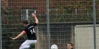 FCL-Kapitän Thorsten Zeiß kommt gegen BW-Schlussmann Felix Janßen knapp zu spät. FCL-Bild: Reiner Poets