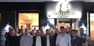 Die Bande des neuen Emder Restaurants Störtebeker hing kaum im Loquarder Stadion an der Landstraße, da statteten unsere Mannen dem neuen Werbepartner auch gleich einen Besuch ab.