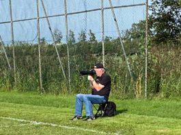 """So kennen die Leute ihn: Reiner Poets in Aktion beim Fotografieren """"seiner Jungs"""". FCL-Bild: Mirko Weets"""