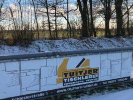 Aufmerksamen FCL-Anhängern ist nicht entgangen, dass seit Kurzem eine Werbebande der Tischlerei Tuitjer unser Stadion an der Landstraße ziert. FCL-Bild: Florian Harberts