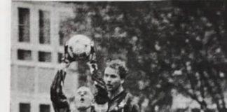 Der junge Ziege (rechts) beobachtet FCL-Schlussmann Dietmar Uphoff beim Pflücken eines Balles. Quelle: Emder Zeitung