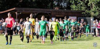 Unsere Bambino-Mannschaft durfte zum letzten Spiel des Abends beide Teams als Einlaufkinder in die Artmann Arena begleiten, als unsere Erste Herren auf den SV Leezdorf traf. FCL-Bild: Reiner Poets