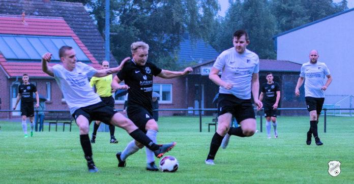 FCL-Doppelpacker Florian Harberts (mitte) übernimmt nach seinen Treffern auch die Führung in der Torjägerliste der Ostfrieslandliga. FCL-Bild: Reiner Poets