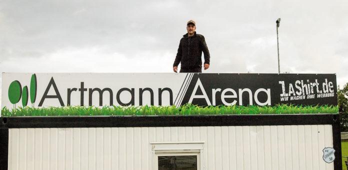 Stephan Artmann hinter dem Artmann Arena-Schild, das unsere Loquarder Heimstätte seit gestern ziert. FCL-Bild: Reiner Poets